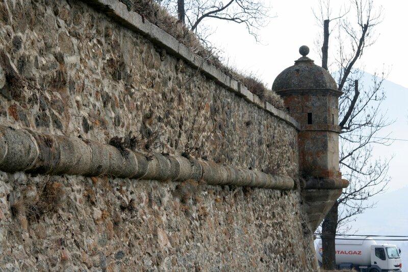 Крепостные стены Мон-Луи