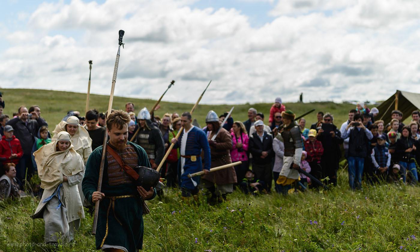 13. Почетный круг бойцов и их женщин, представляющих разные эпохи. Перед началом реконструкции битвы древних витязей. (100, 70, 2.8, 1/640)