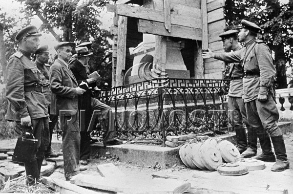 У могилы Пушкина. Саперы показывают членам комиссии, как был разминирован памятник.Фото Галины Санько. Из архива РИА-новости. 30 июля 1944 года.jpg
