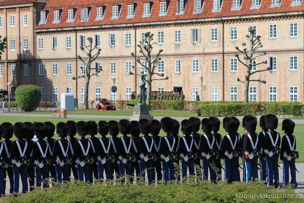 Репетиция смены караула во дворе Розенборга, Копенгаген