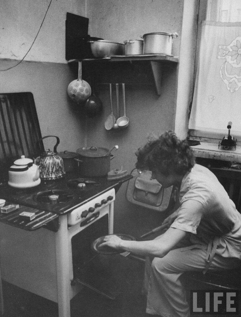 Спортсменка Галина Виноградова готовит завтрак на кухне