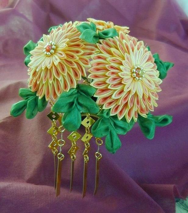 Канзаши - цветочки из ткани, крепятся на шпильки или заколки для волос.  Это искусство пришло из Японии...