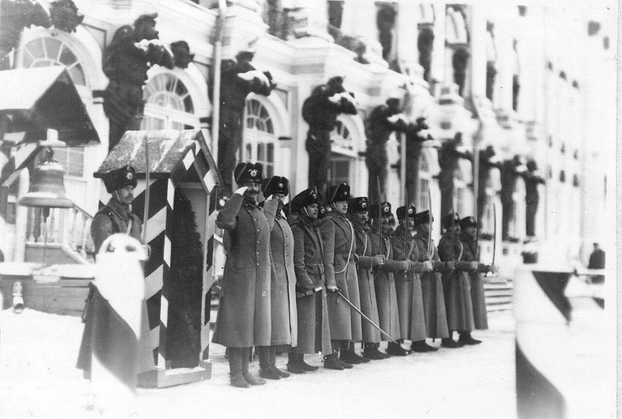 21. Новобранцы проходят строем мимо императора Николая II. 14 апреля 1909