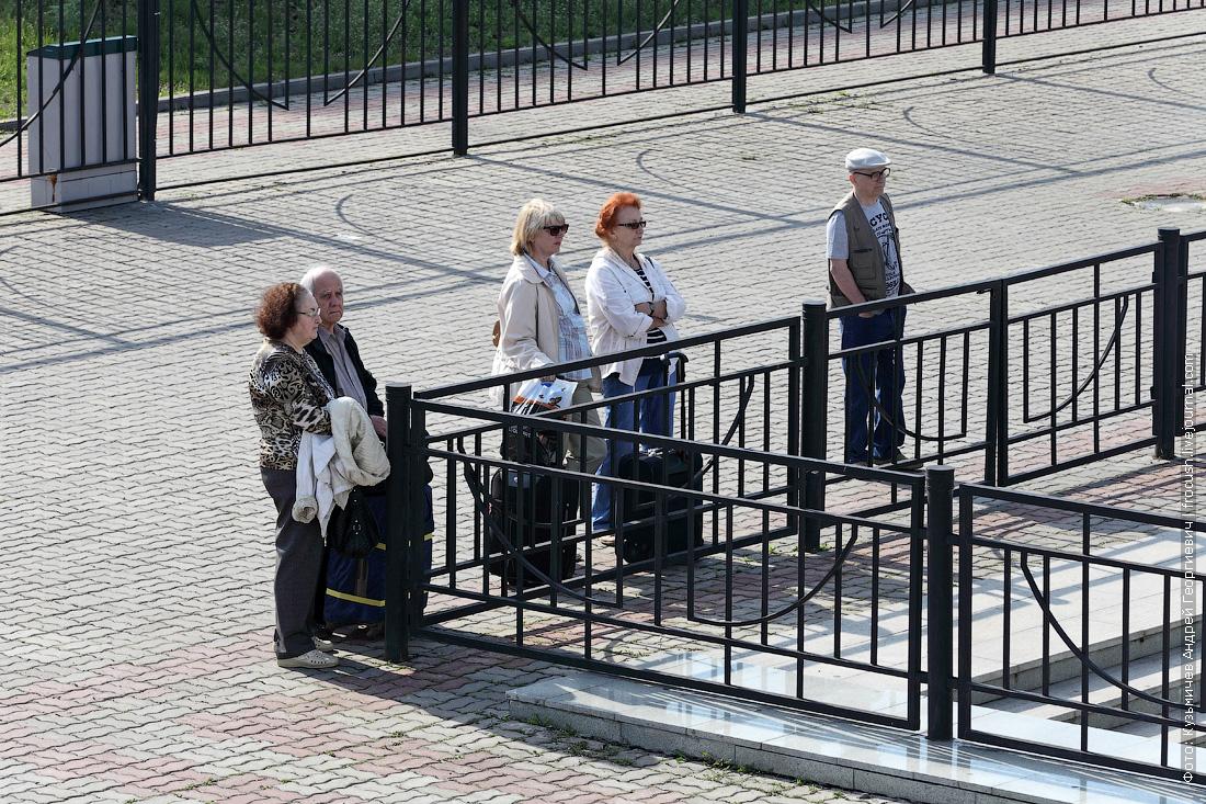 ручные туристы в речном порту Казани