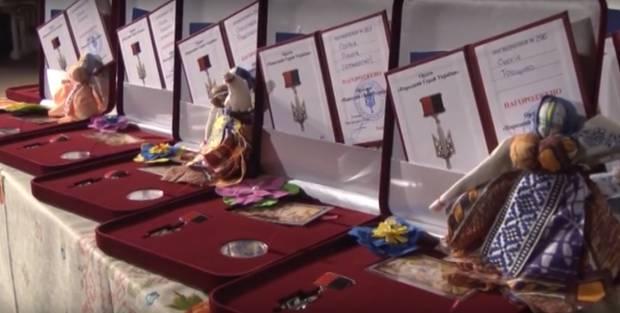 """""""Тяжело смотреть, как совсем юные ребята отдают жизни за нашу Родину"""": На Полтавщине наградили воинов АТО и родственников погибших бойцов (видео)"""