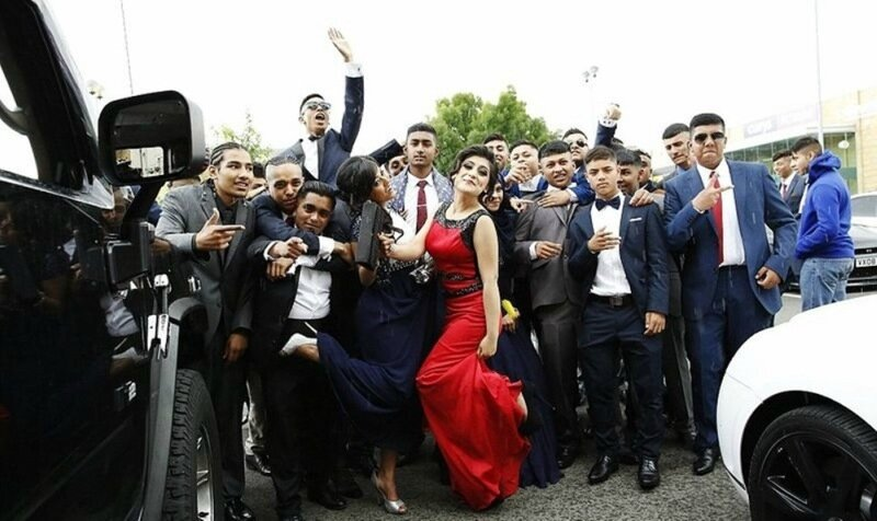 Понты на выпускном в школе Лондона. Фотографии дорогих суперкаров