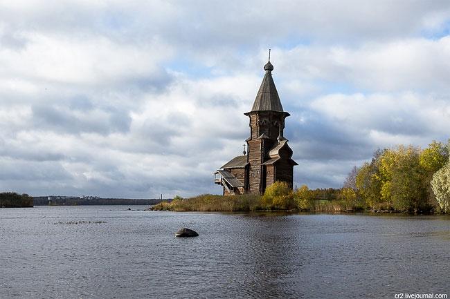 До XX века рядом были зимняя церковь Рождества Богородицы (1857 года) и шатровая колокольня (XVIII в