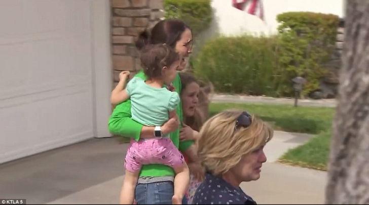 Приемная мама девочки со своими детьми, которые тоже плакали, поняв, что у них отбирают сестру.