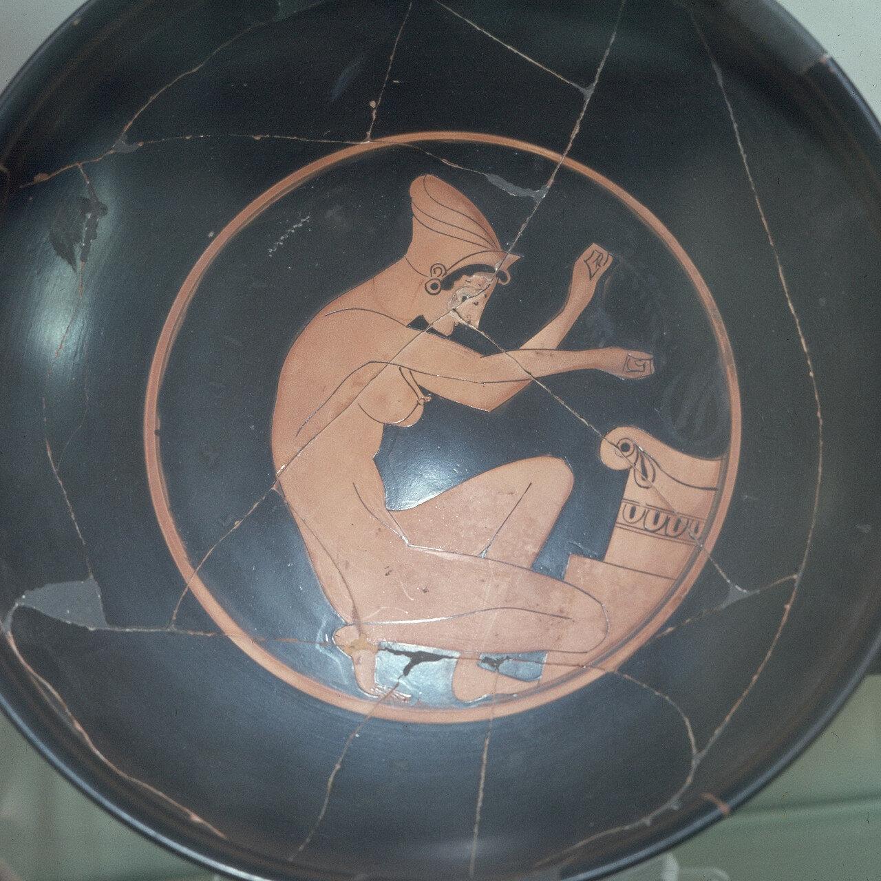 Афины. Археологический музей Афинской агоры. Гетера у алтаря