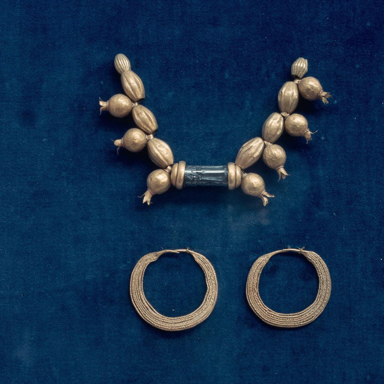 Золотое ожерелье с бисером и гранатом. XIV в. до н.э.