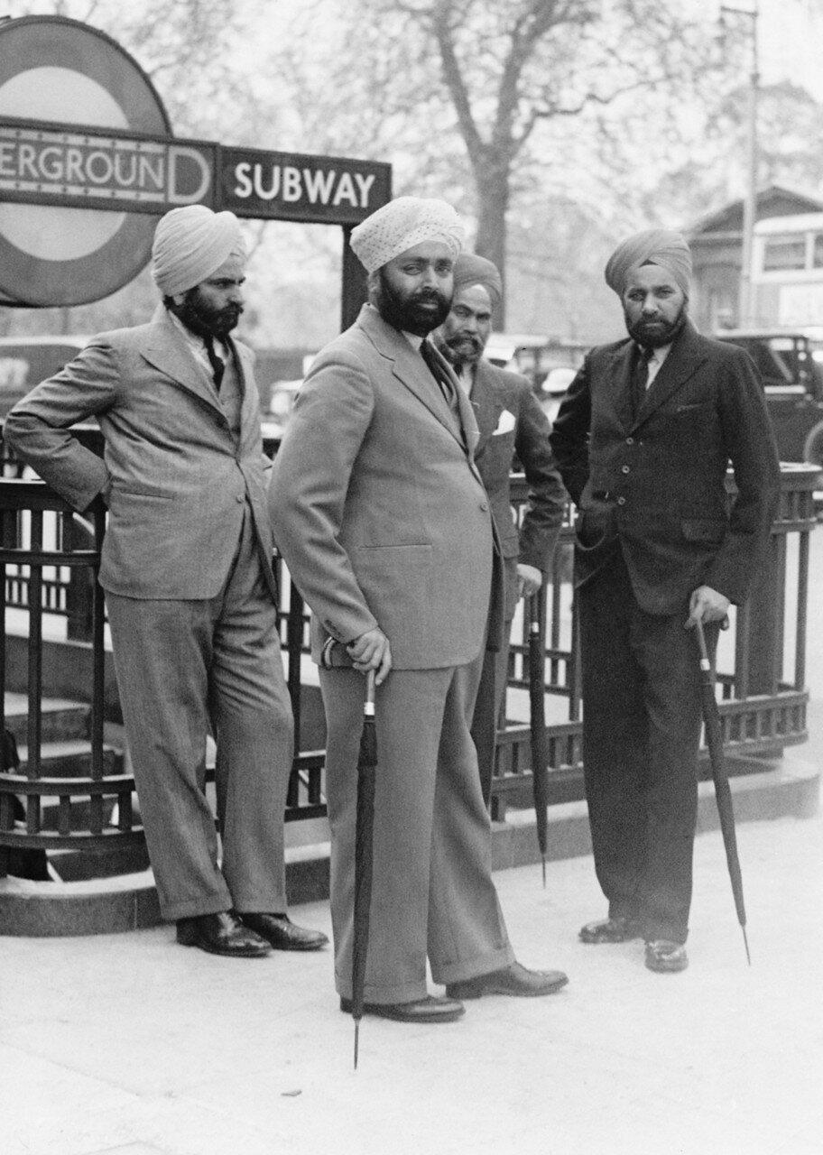 1935. Группа сикхов  у входа метро в Гайд-парке