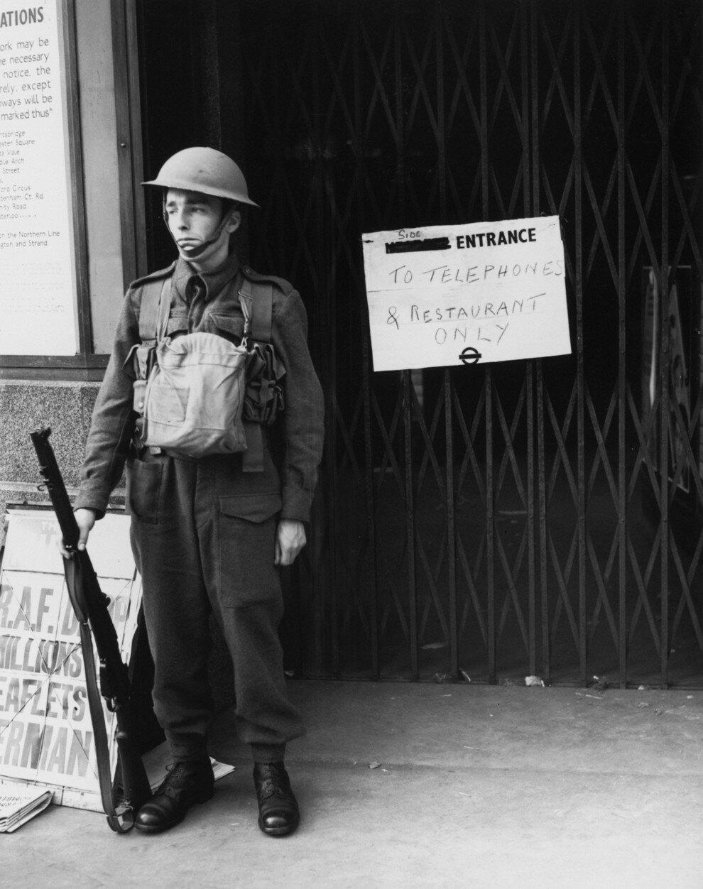 1939. Охранник у входа на станцию, закрытую для общественности через два дня после объявления Великобританией войны Германии. 5 сентября