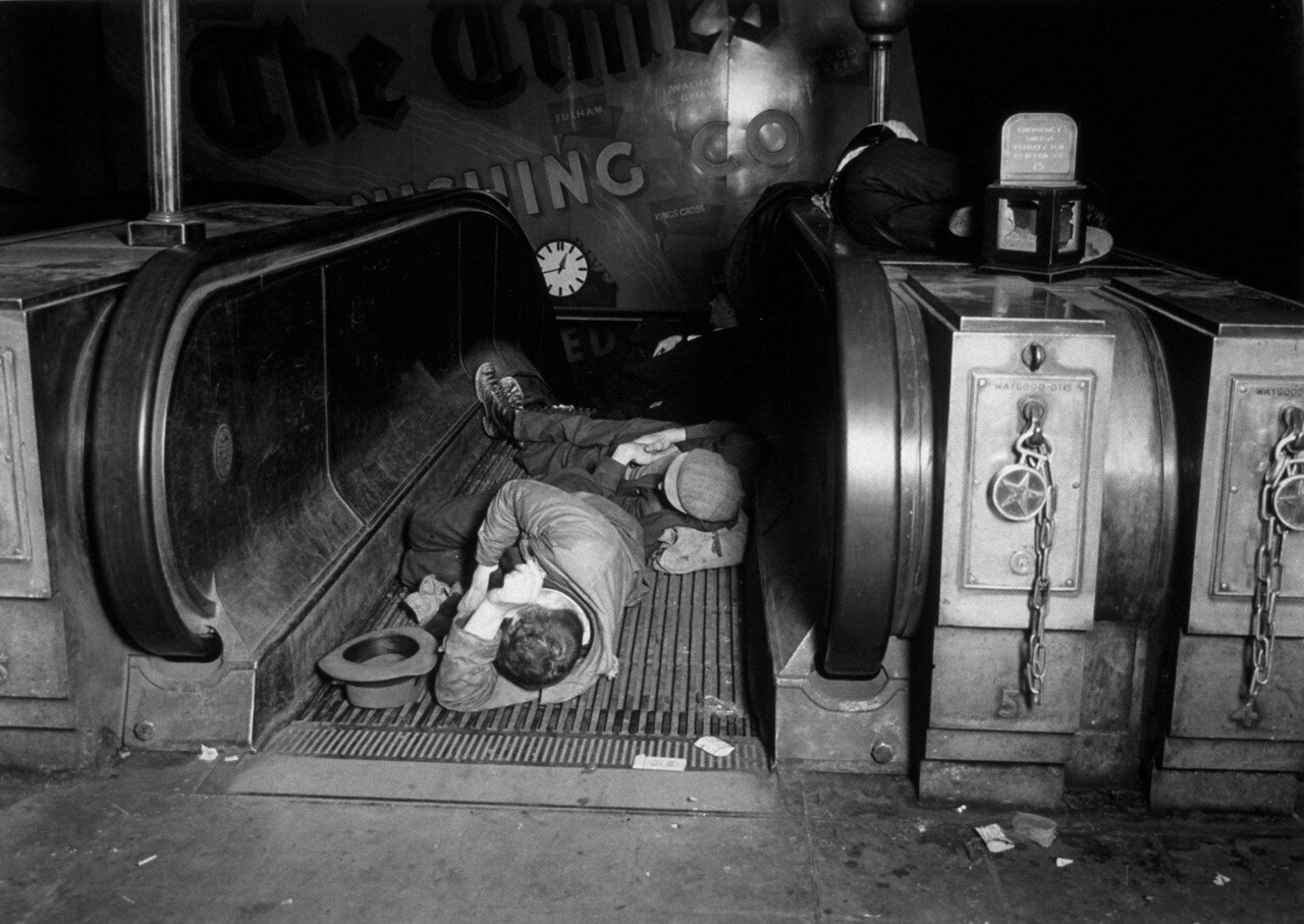 1940. Люди спят на эскалаторах станции метро в Лондоне во время воздушного налета