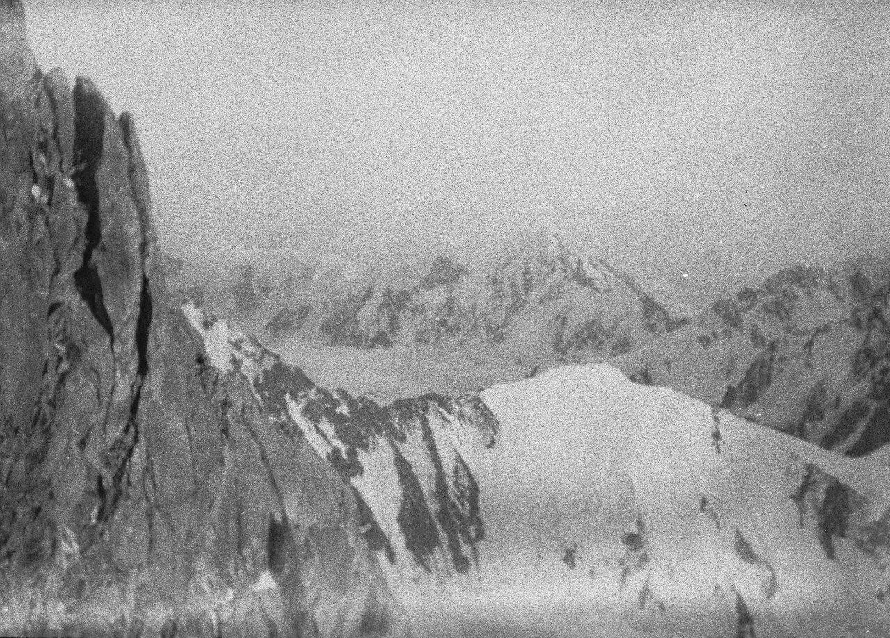 18 августа. Группа II. Дых-тау (5058 м). Первое восхождение по южному хребту Дых-тау. Вид с трассы на южный хребет Дых-тау