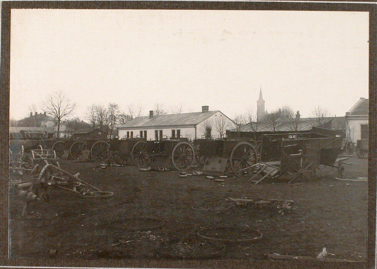 48. Вид части артиллерийского обоза разбитых ящиков для зарядов во дворе артиллерийской казармы