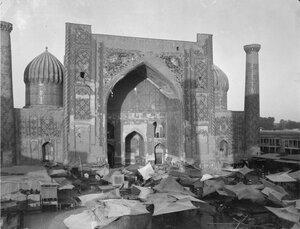 Самарканд. Площадь Регистан. Медресе Шердор. Рынок