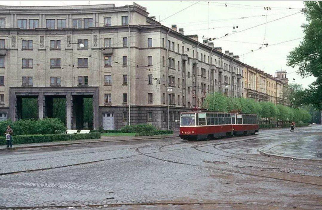 Улица Льва Толстого на углу с Большой Монетной