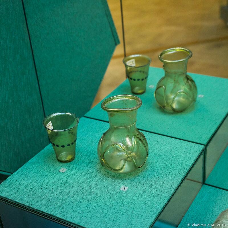 Стакан с каплями синего стекла и сосуд с рельефным орнаментом