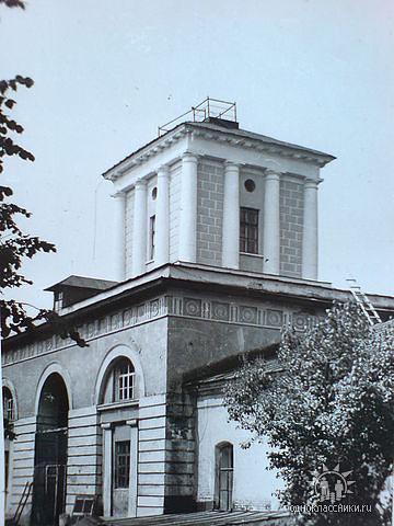 Здание казарм конного полка.