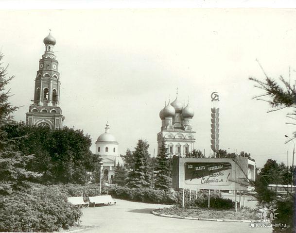 70е. Центр города, на месте композиции сейчас фонтан