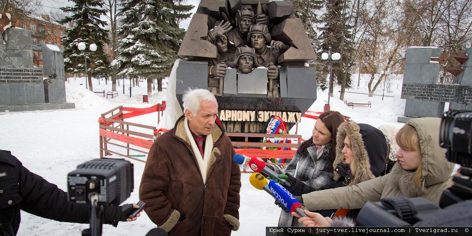 Памятник экипажу танка Степана Горобца на Комсомольской площади в Твери продолжает разваливаться на части.