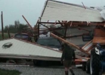 В США торнадо продолжают разрушать дома и валить деревья