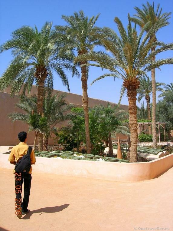 Египет. Коптский монастырь Эль-Барамос. Молодой паломник.