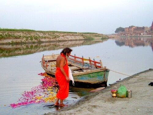 Садху (брахман) поклоняется Ямуне - святой реке, Вриндаван, Индия