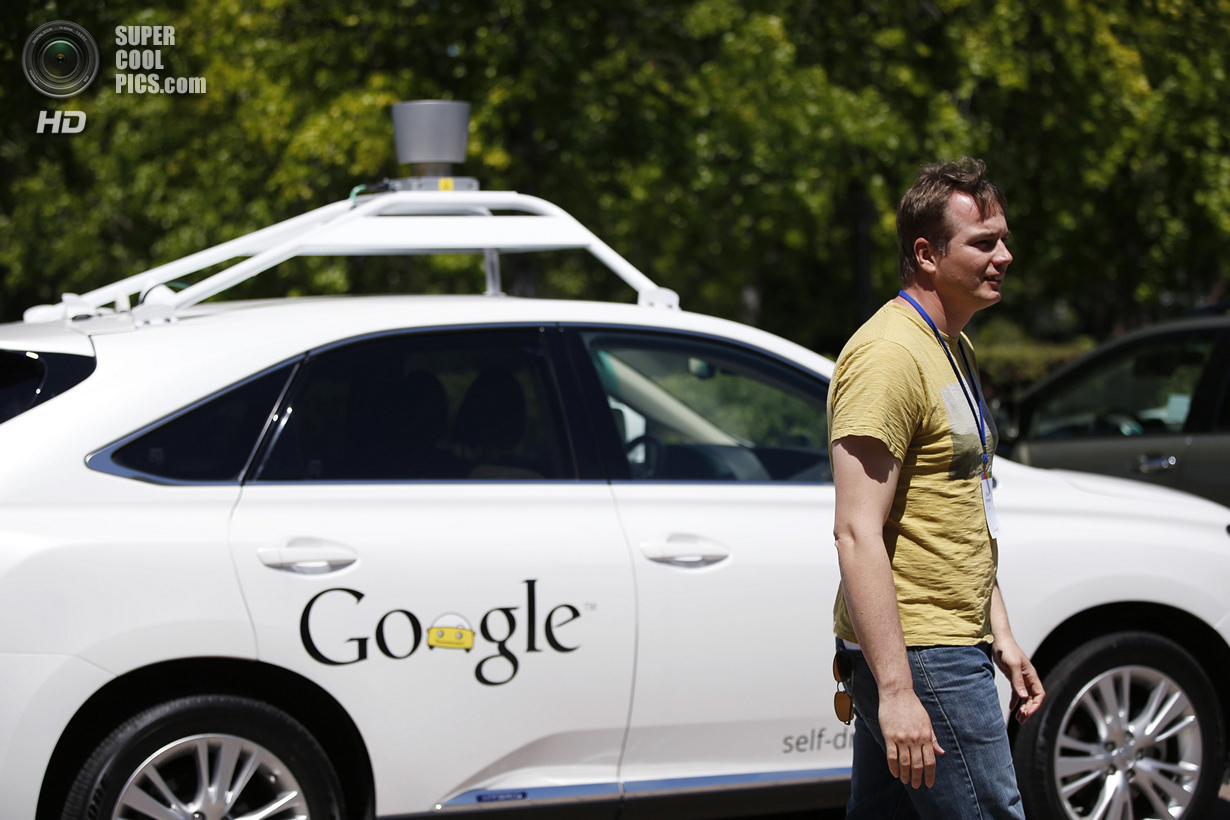США. Маунтин-Вью, Калифорния. 13 мая. Руководитель проекта беспилотного автомобиля Google Крис Урмсо