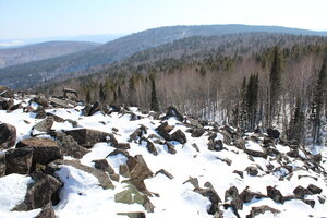 На каменных развалах нельзя наступать на снег.