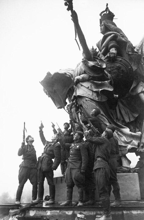 14-Берлин. Советские солдаты на крыше Рейхстага.jpg