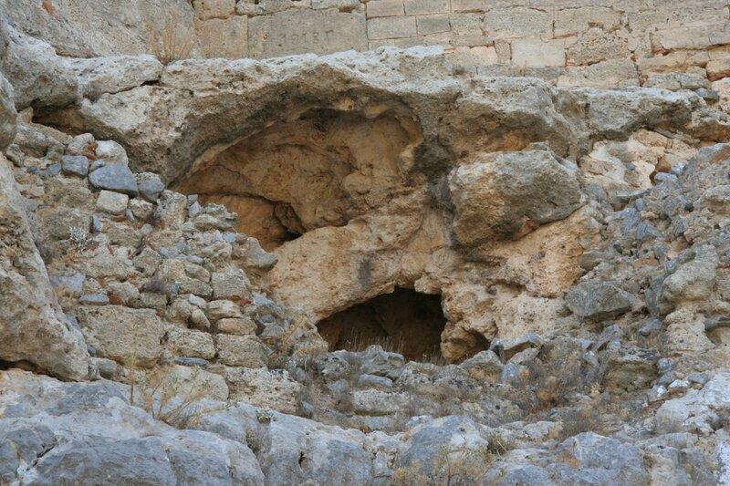 Камни и крепостная стена