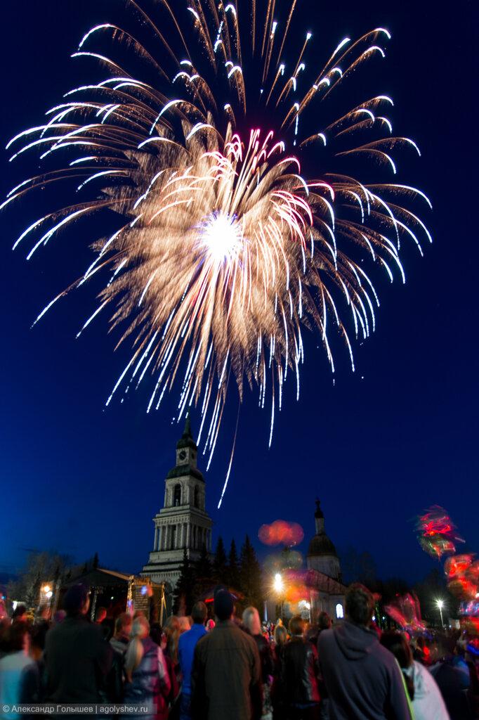 Праздничный фейерверк в честь Дня Победы