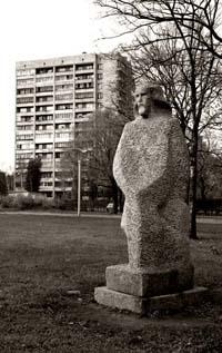 Гранитная скульптура на улице Турку