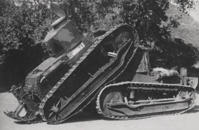 Столкнувшиеся танки Fiat3000.