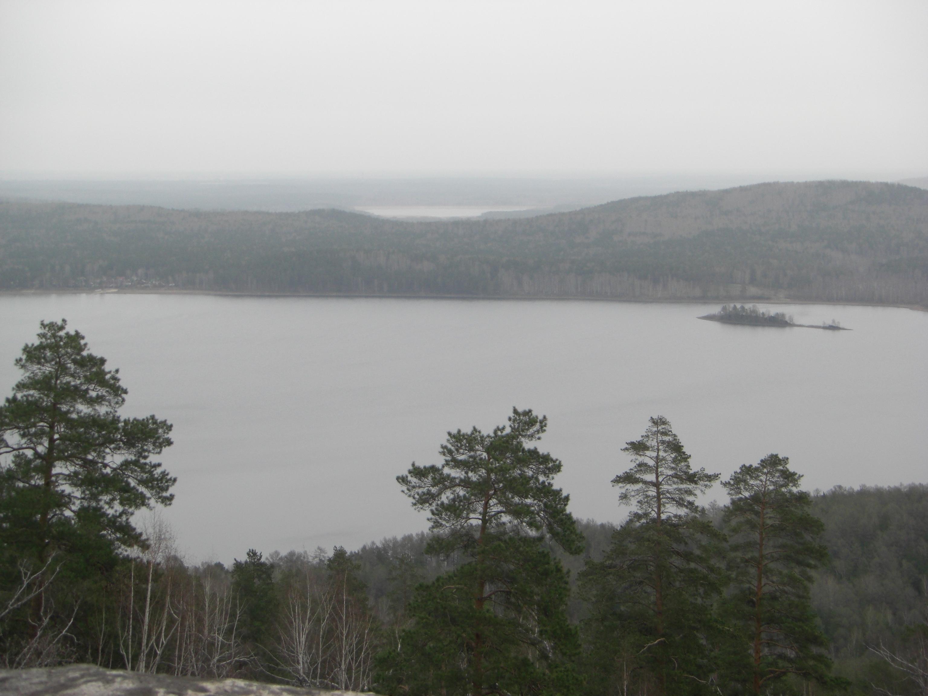 Озеро Аракуль. Островок называется Остров Любви. На берегу - поселок Аракуль и гостиницы.  (13.05.2014)
