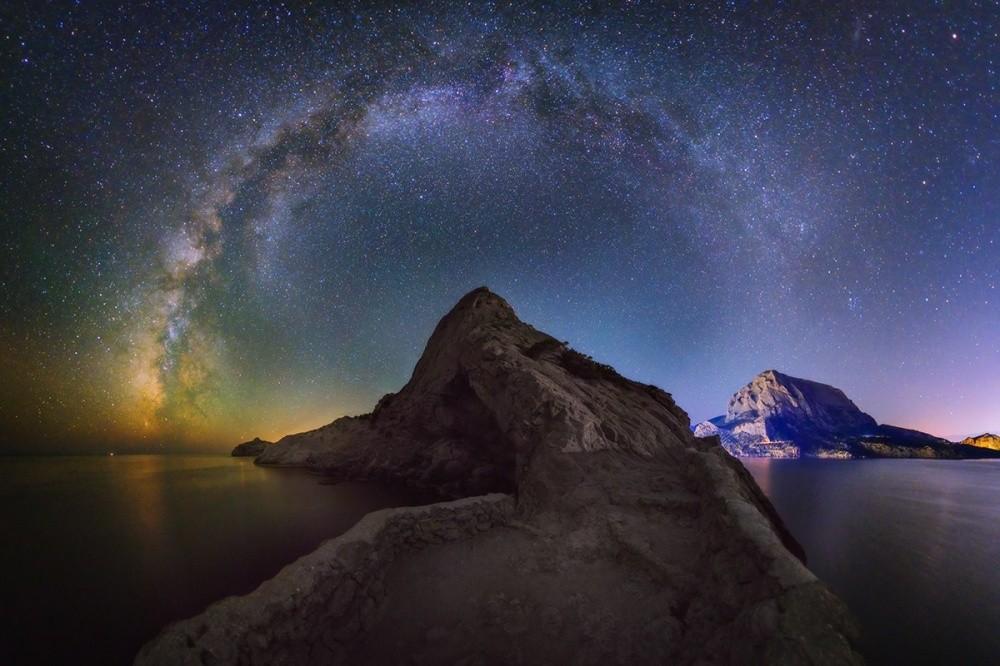 15. Млечный Путь над горой Коба-Кая. (© Евгений Зайцев)