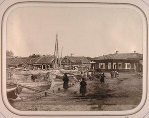Местные жители у дома начальника дистанции на Соминской пристани.