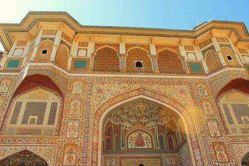 Мозаика и роспись ворот Ганеша восхищает