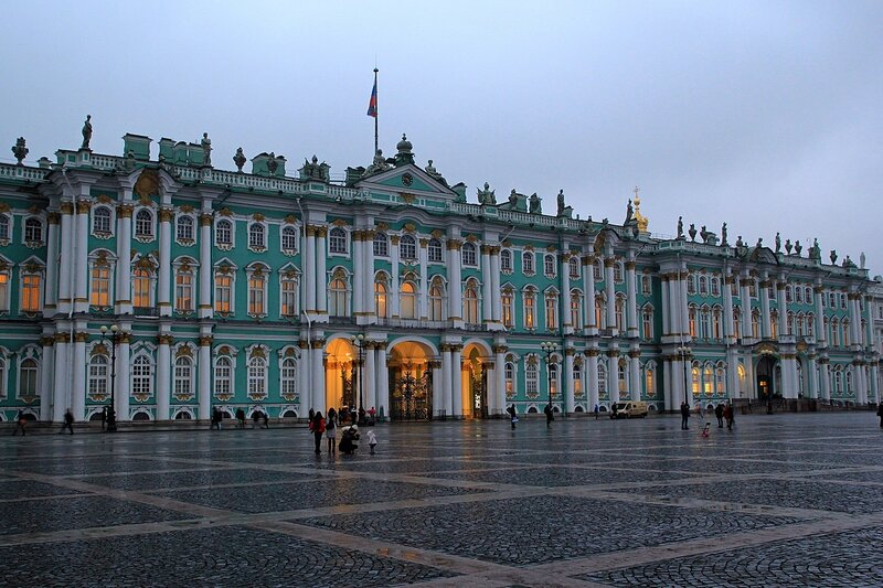 Парадный вход Зимнего дворца вечером, подсвеченный огнями. Санкт-Петербург, Дворцовая площадь.