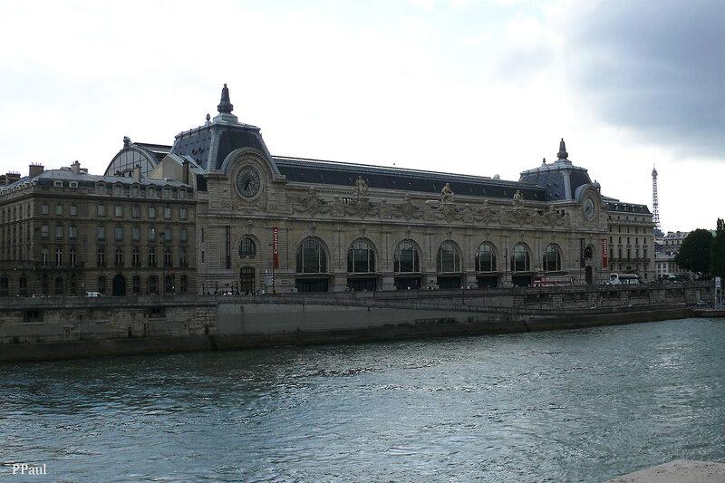 Часы на фасаде Музея Орсе-- самые точные часы Парижа