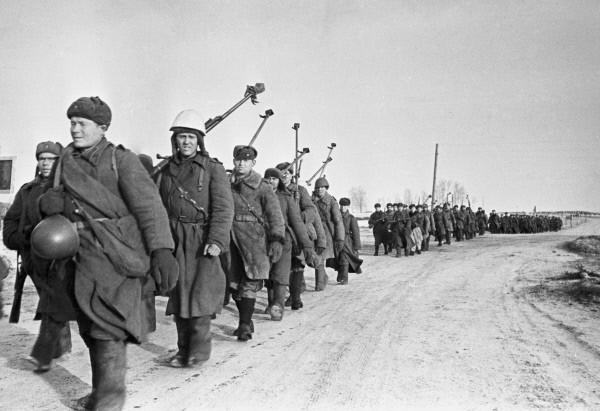 40.Сов. бронебойщики маршируют на вязьму. 04.03.1943.jpg