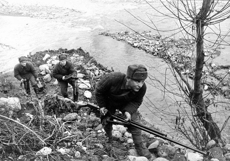 41.Расчет истреб. танков меняет позиц. Ружье сист. Симонова. 1942.jpg