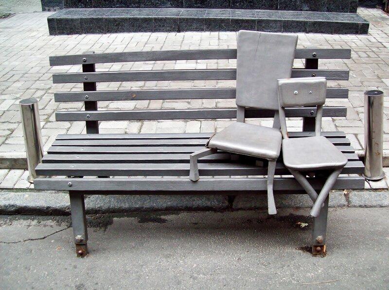 пам'ятник стільцям