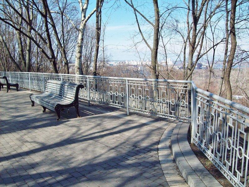 Парковая скамейка на аллее Мариинского парка