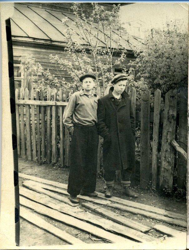 Папа (справа).