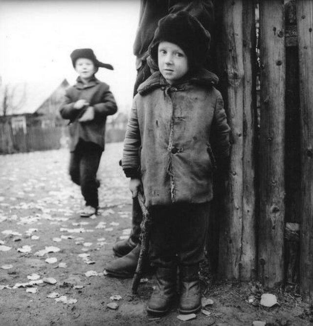 Антанас Суткус. Деревенская улица, 1969