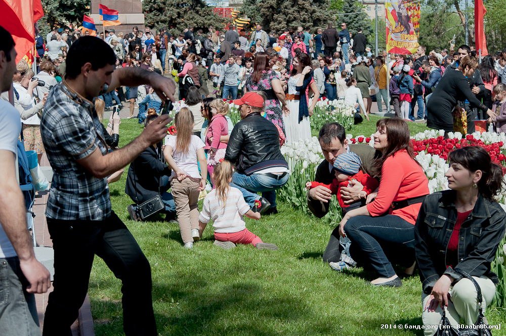 Люди после праздника дня Победы / 9 мая 2014 год