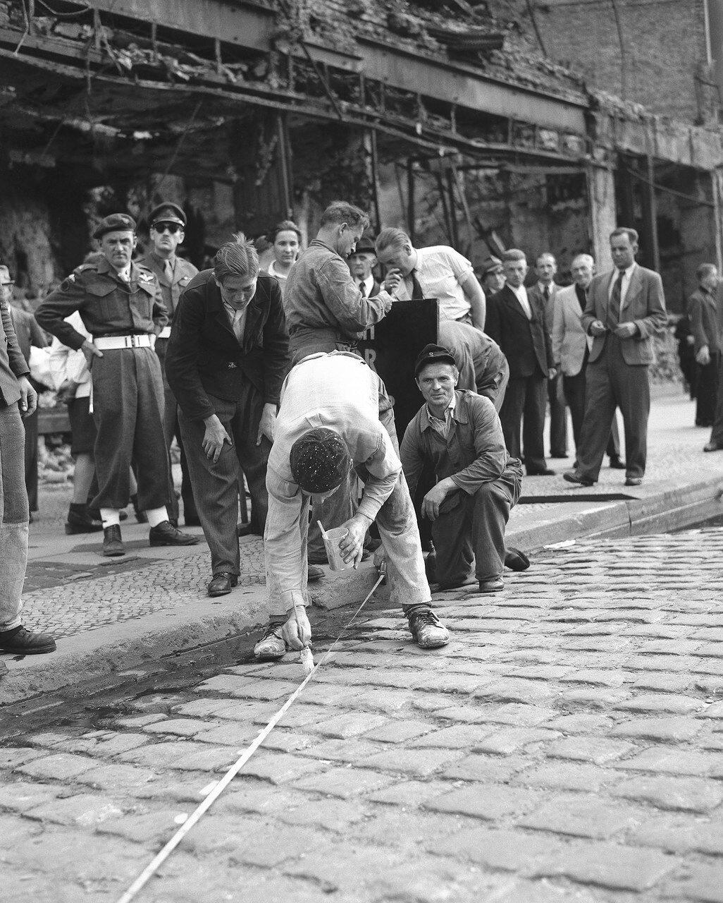 21 августа 1948. Производится разметка между Британским и Советским секторами Берлина в районе Потсдамерплац