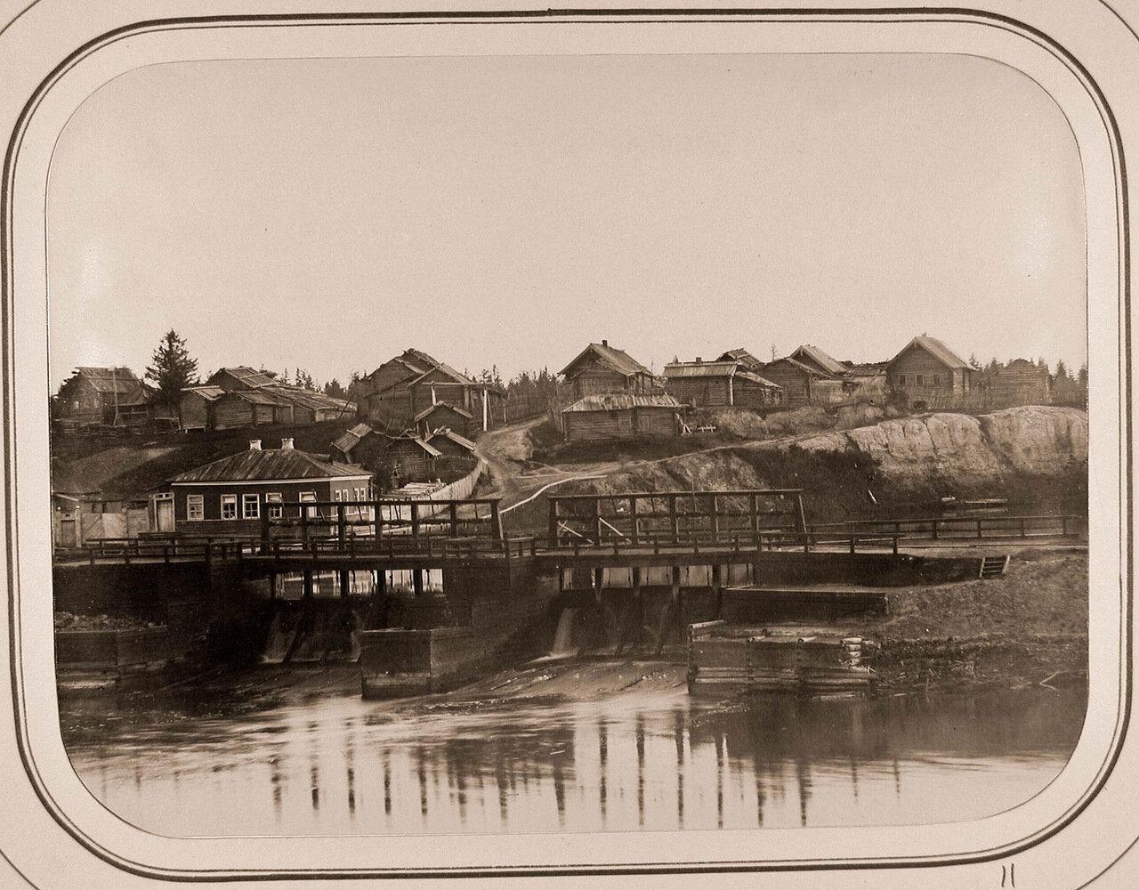 Вид на Московскую плотину и дом начальника дистанции;на втором плане-дома деревни Горушка